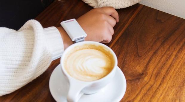 A pulseira Embr Wave pode mudar a sensação térmica do corpo em cinco graus mais quente ou mais frio, segundo os criadores (Foto: Divulgação )