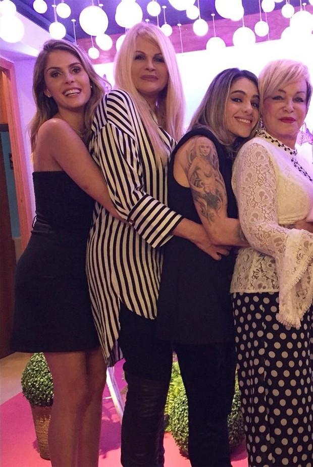 Bárbara Evans, Monique Evans, Cacá Werneck e dona Conceição (Foto: Reprodução/Instagram)
