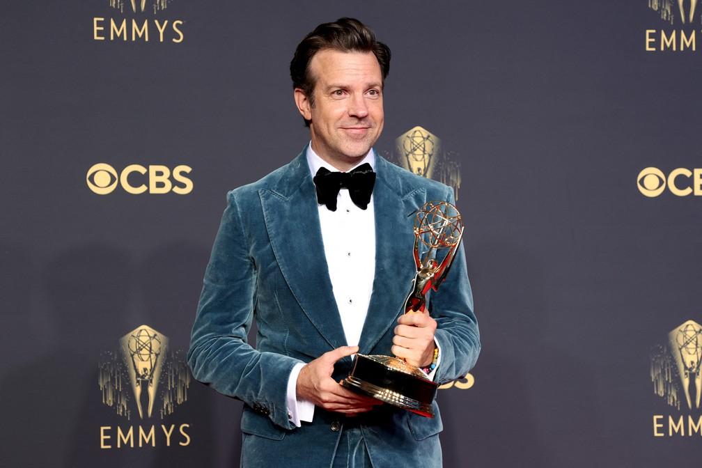 Jason Sudeikis mostra o prêmio que ganhou no Emmy 2021 — Foto: Rich Fury/Getty Images North America/Getty Images via AFP