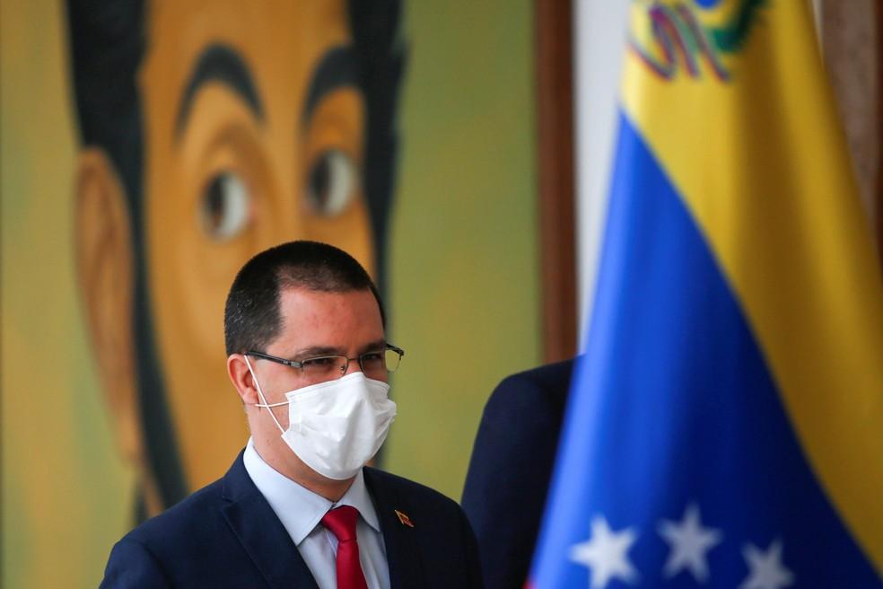 O ministro das Relações Exteriores da Venezuela, Jorge Arreaza, anunciou a partida de caminhões que levarão oxigênio a Manaus — Foto: Fausto Torrealba/Reuters