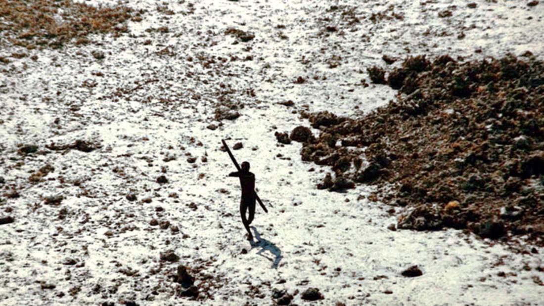 Foto feita em 2004 exibe homem atirando uma flecha contra helicóptero (Foto: Divulgação/ Guarda Costeira da Índia)