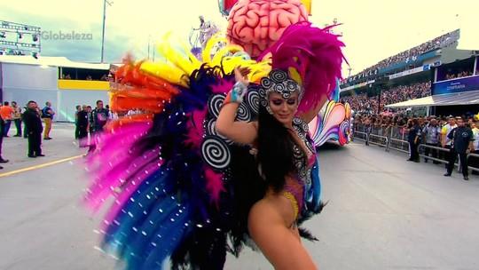 Beldades desfilam suas curvas no desfile da Gaviões
