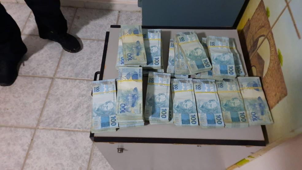 Agentes apreenderam dinheiro e joias durante operação no ES — Foto: Divulgação/PF