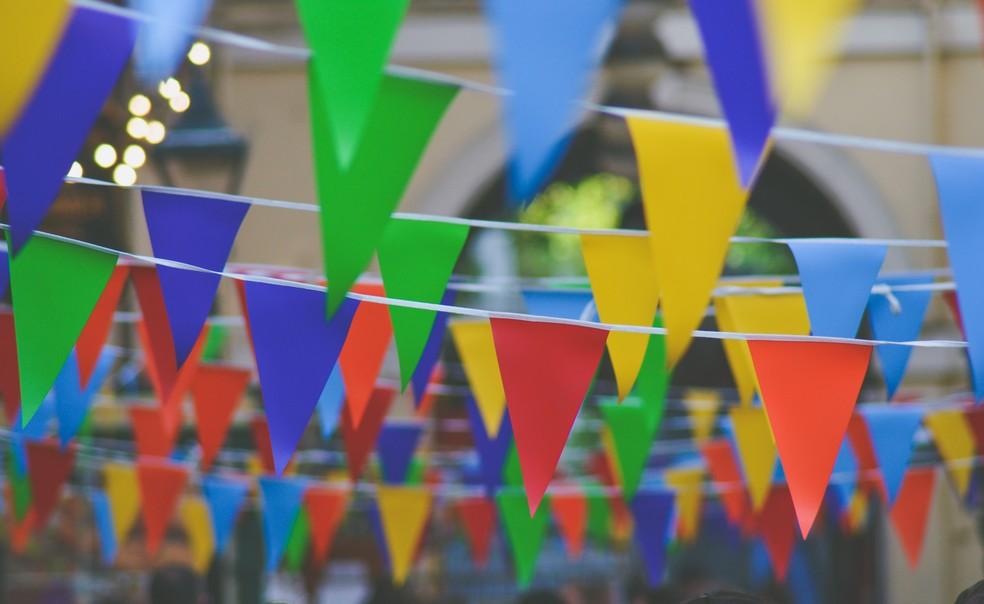 Bandeirinhas de decoração em festa junina, em imagem de arquivo — Foto: Chris Lawton/Unsplash
