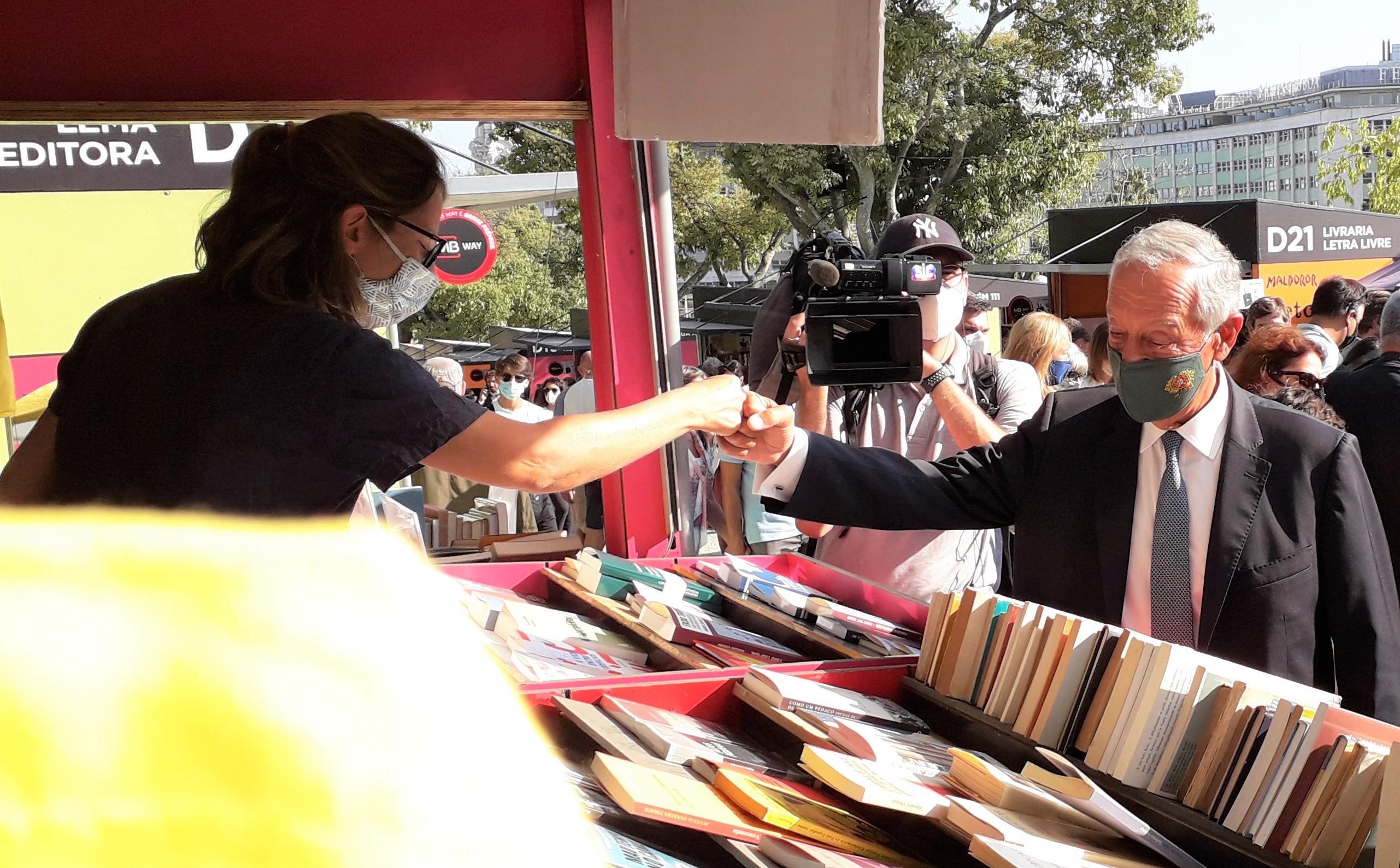O presidente Marcelo Rebelo cumprimenta uma livreira na Feira do Livro de Lisboa