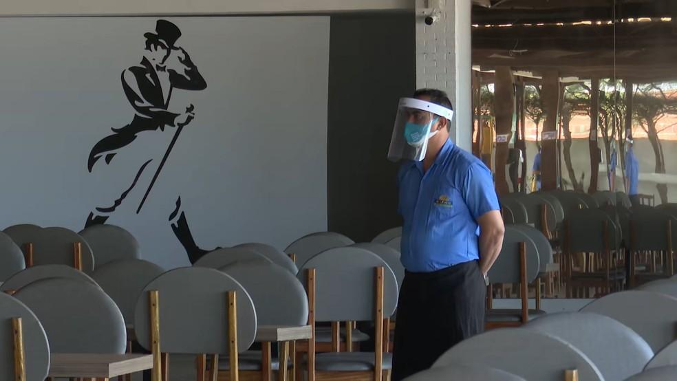 Funcionário usa face shield em bar de João Pessoa — Foto: TV Cabo Branco/Reprodução/Arquivo