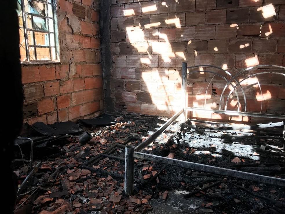 Quarto foi destruído pelas chamas (Foto: Cassiano Rolim/TV Anhanguera)