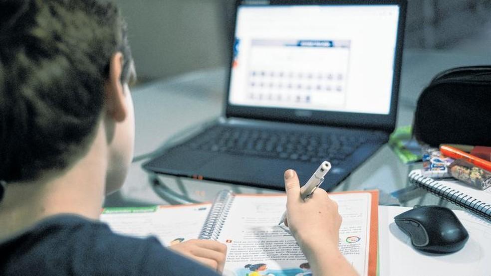 Para participar, o aluno deverá ter um computador, notebook ou celular com acesso à internet, com câmera e microfone para interação durante as aulas. — Foto: Gustavo Pellizzon/SVM