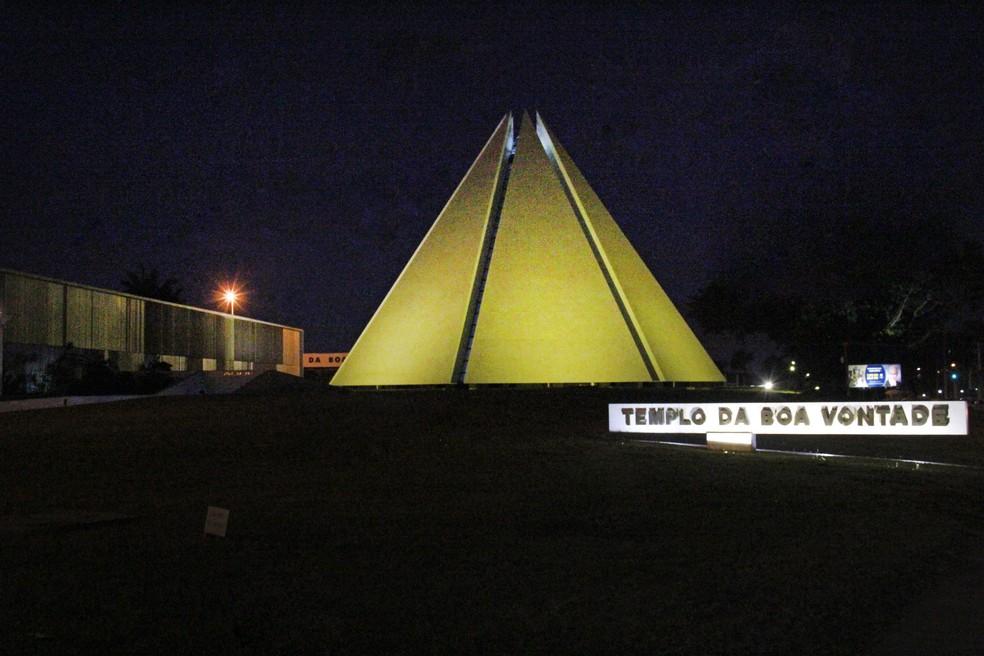 O Templo da Boa Vontade foi iluminado com a cor amarela em apoio à campanha de prevenção ao suicídio. (Foto: Legião da Boa Vontade/Divulgação)