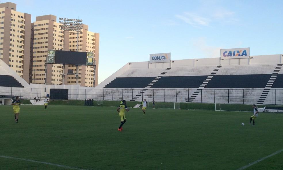 Eltinho (com a bola) será titular no ABC para a estreia na Série B contra o Paraná (Foto: Luiz Henrique/GloboEsporte.com)