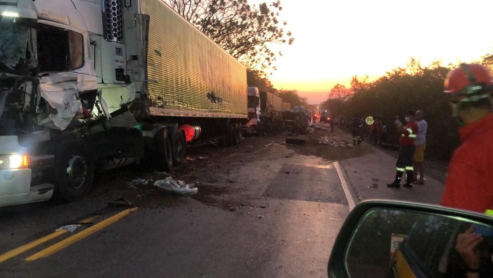 Batida entre os veículos foi registrada em Bom Despacho — Foto: Corpo de Bombeiros/Divulgação