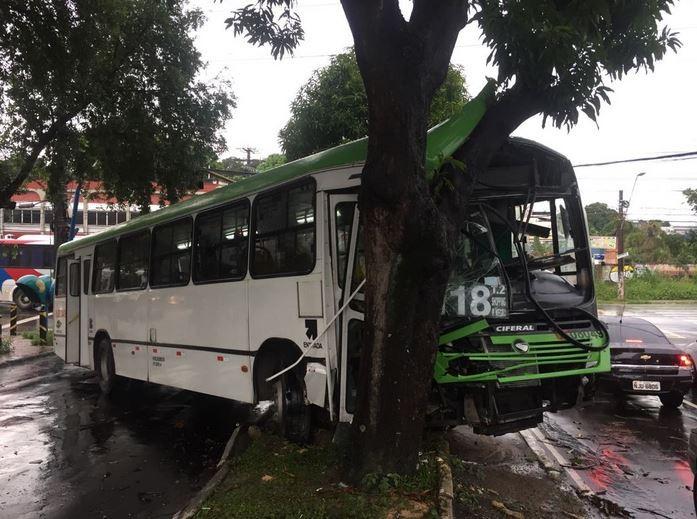 Ônibus bate em árvore após colisão com carro na Zona Norte de Manaus