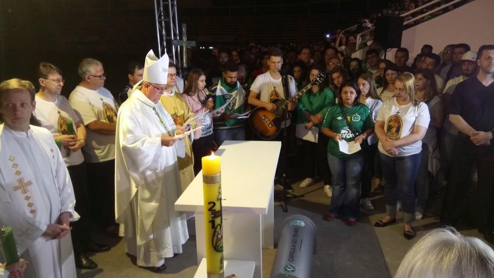 Missa na Arena Condá, em Chapecó, em homenagem às vítimas do acidente aéreo com a Chapecoense começou pouvo depois da meia-noite desta quarta-feira (29) (Foto: Gabriela Machado/NSC TV)
