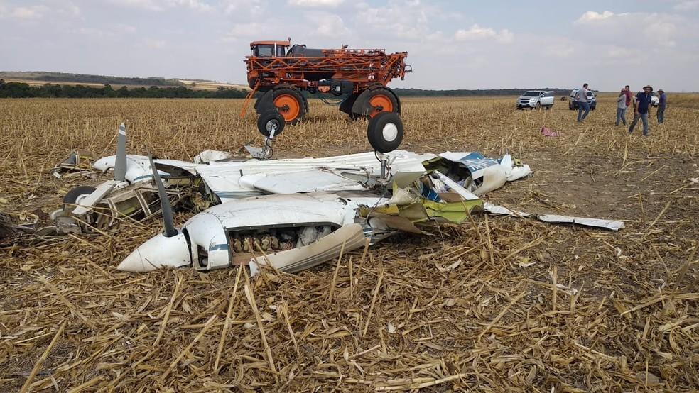 Piloto foi encontrado em meio aos destroços — Foto: PM-MT