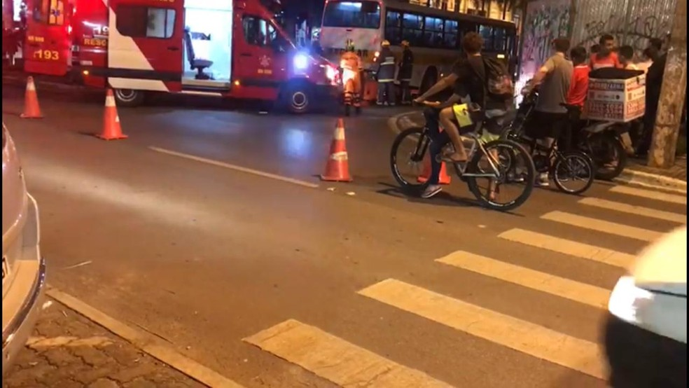 Bombeiros prestam os primeiros socorros em atropelamento no Núcleo Bandeirante  — Foto: Fotos: Corpo de Bombeiros/ Divulgação