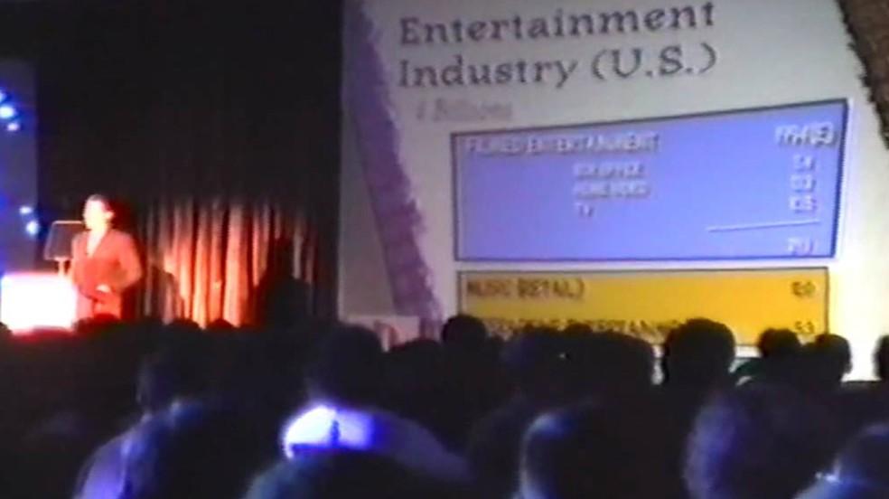 Na E3 1995 a Sony anunciou o preço de 299 do PlayStation One em relação aos 399 do Sega Saturn — Foto: Reprodução/Grooveraider