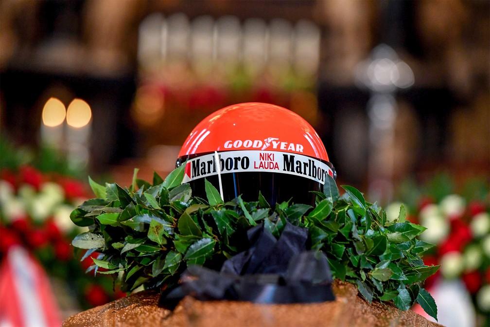 29 de maio - O capacete do piloto campeão de Fórmula 1 Niki Lauda é visto colocado sobre seu caixão durante funeral na Catedral de Santo Estêvão em Viena, na Áustria — Foto: Joe Klamar/AFP