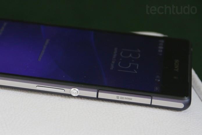 Detalhe da entrada vedada para cartões microSD do Xperia Z2 (Foto: Luciana Maline/TechTudo)