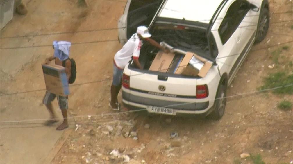 Globocop flagra homens descarregando eletrodomésticos de carro roubado (Foto: reprodução/ TV Globo)