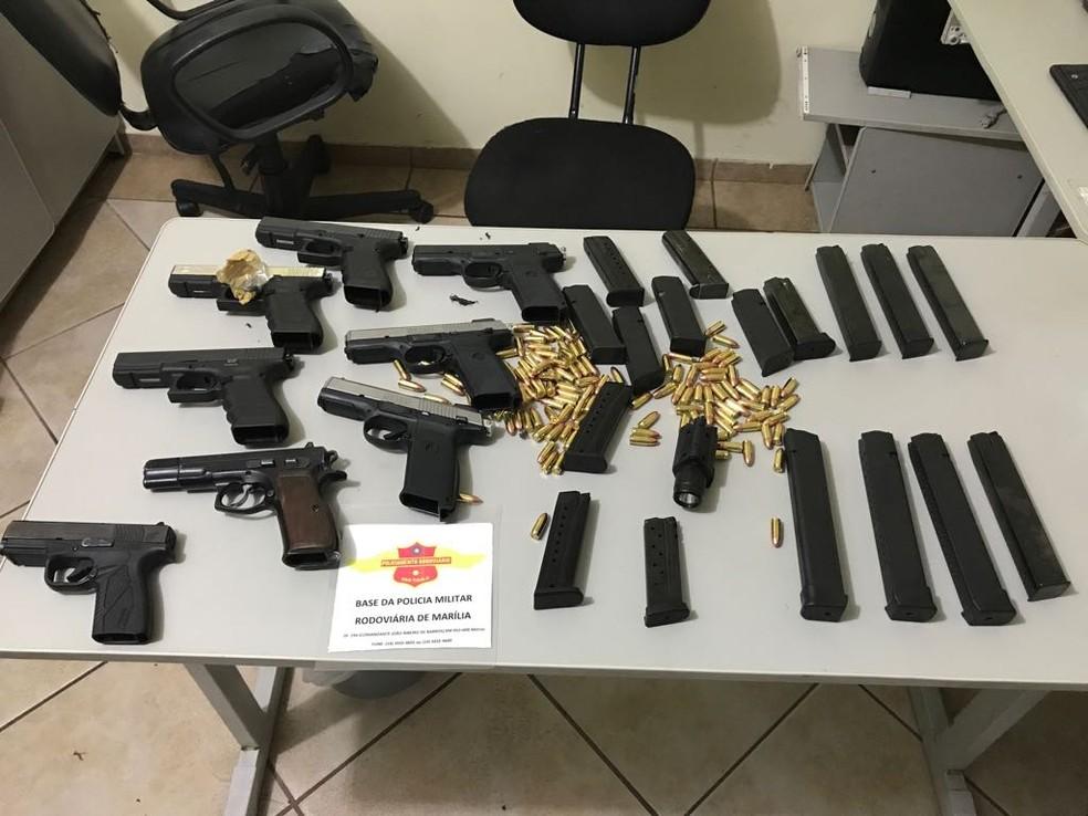 Armas, munição e carregadores foram apreendidos em Marília  (Foto: Polícia Rodoviária / Divulgação )
