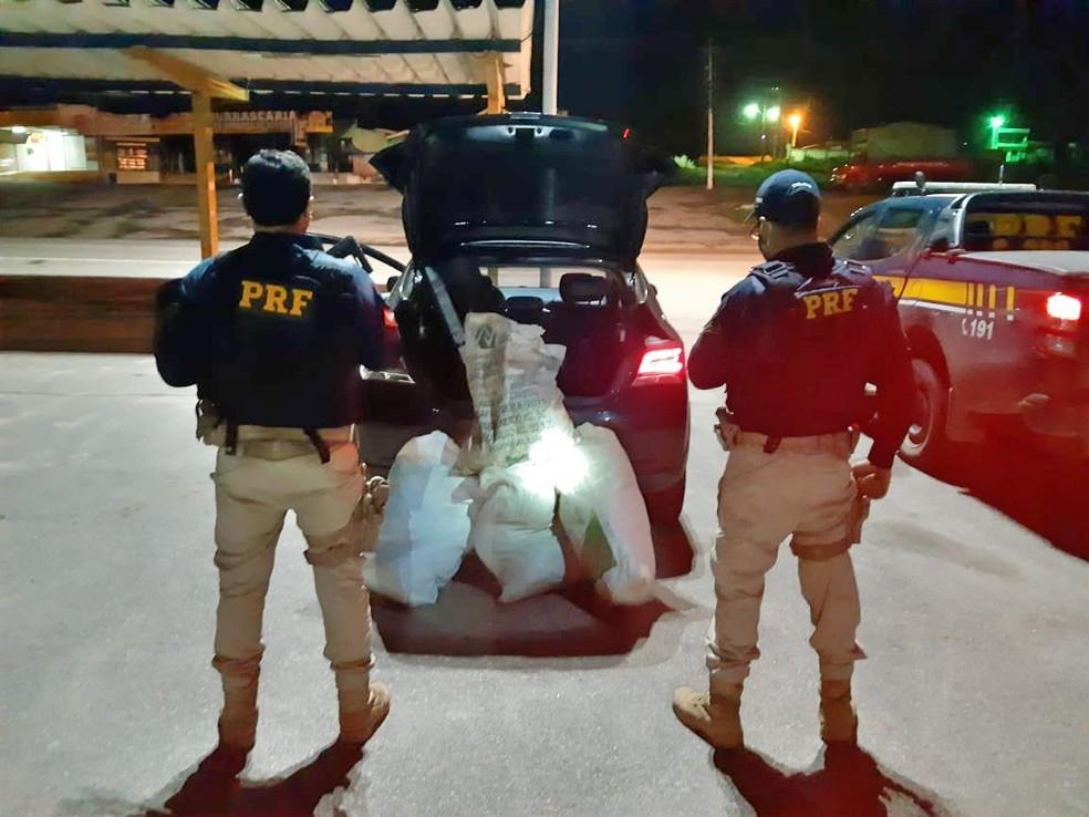 PRF encontrou 24 kg de maconha dentro de um carro, na BR-232, em Caruaru — Foto: PRF/Divulgação