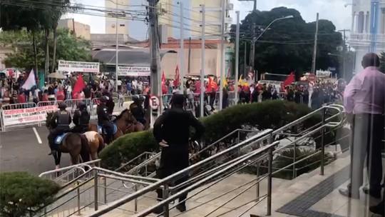 Servidores derrubam grades de isolamento durante manifestação na Assembleia Legislativa do RN; veja vídeo