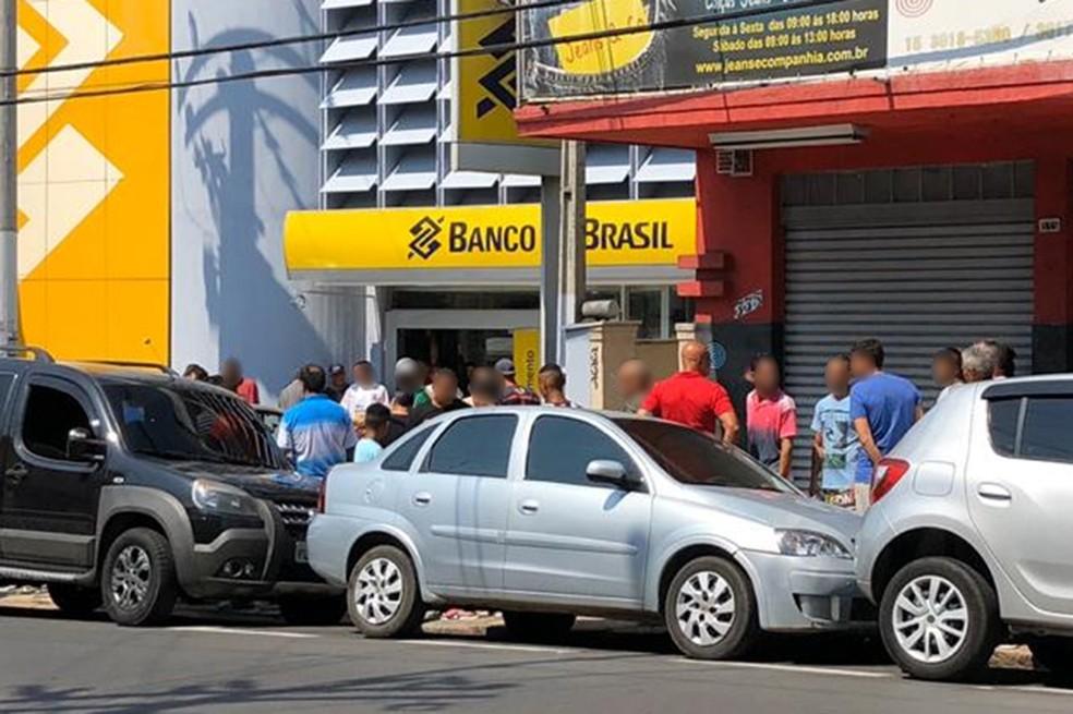 Detentos formaram fila na porta de agência do Banco do Brasil para sacar benefício — Foto: G1 Sorocaba