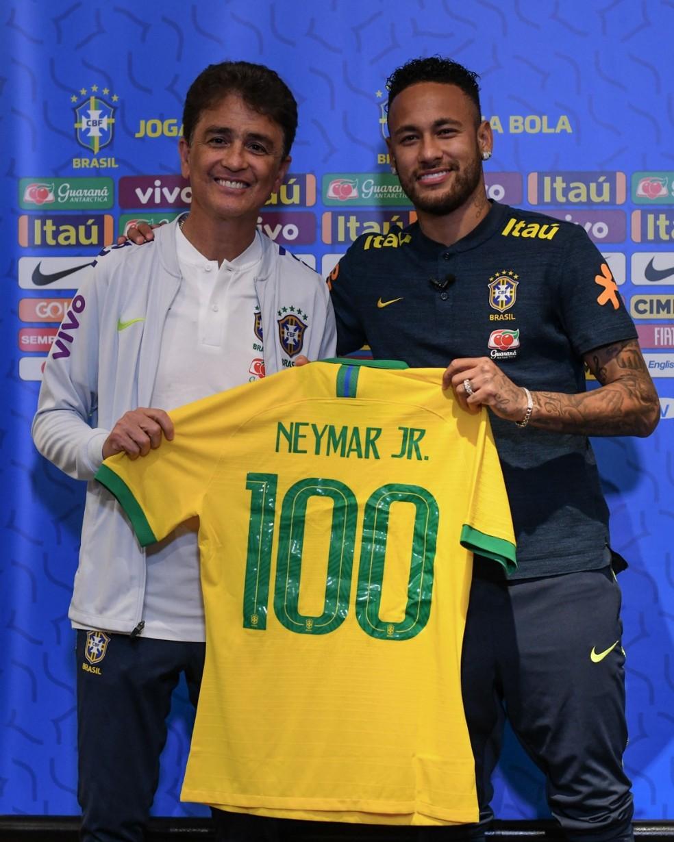 Bebeto entrega camisa número 100 a Neymar — Foto: CBF