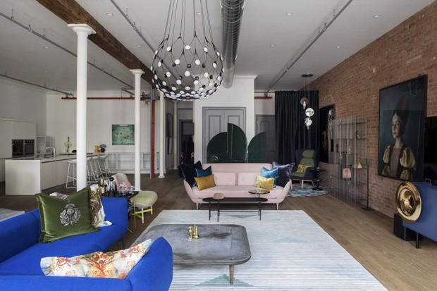 Décor do dia: sala eclética com parede de tijolinhos e móveis coloridos (Foto: Dlux Creative)
