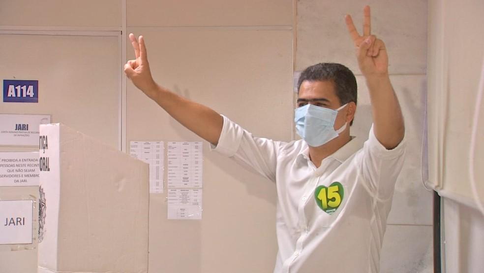 Candidato à reeleição, Emanuel Pinheiro vota em Cuiabá — Foto: TV Centro América