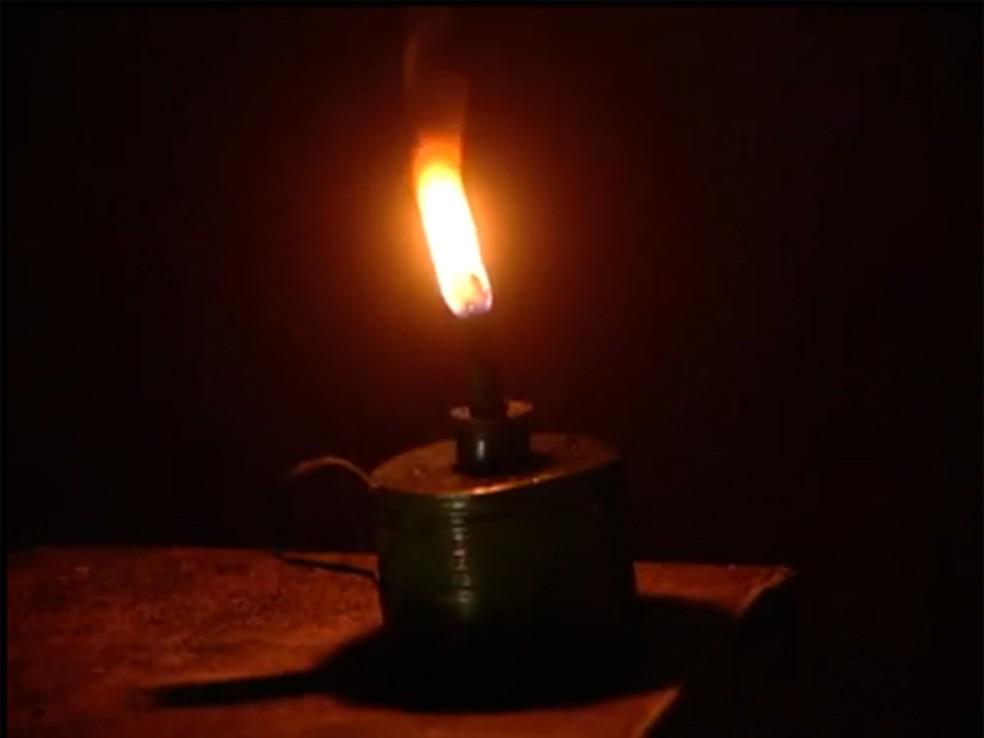 Lamparinas são usadas por boa parte da população da zona rural de Betânia — Foto: Reprodução/TV Clube