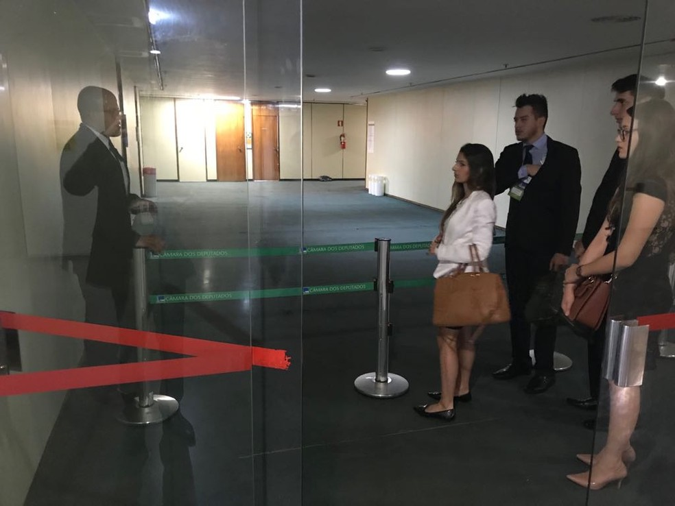 Policiais legislativos bloquearam o corredor que dá acesso ao gabinete da deputada Dulce Miranda na Câmara (Foto: Bernardo Caram/G1)