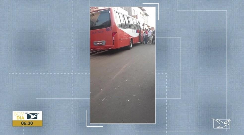 Ônibus envolvido no assalto fazia o percurso entre as cidades de Bacabal e Buriticupu — Foto: Reprodução/TV Mirante
