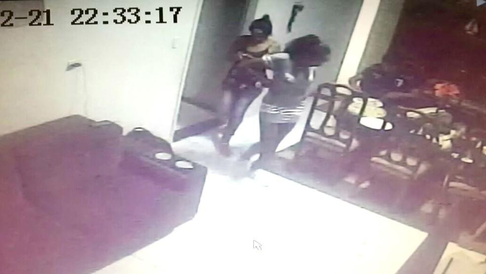 As duas suspeitas foram identificadas pelas câmeras de segurança instaladas na casa da vítima (Foto: Câmeras de segurança/Reprodução)