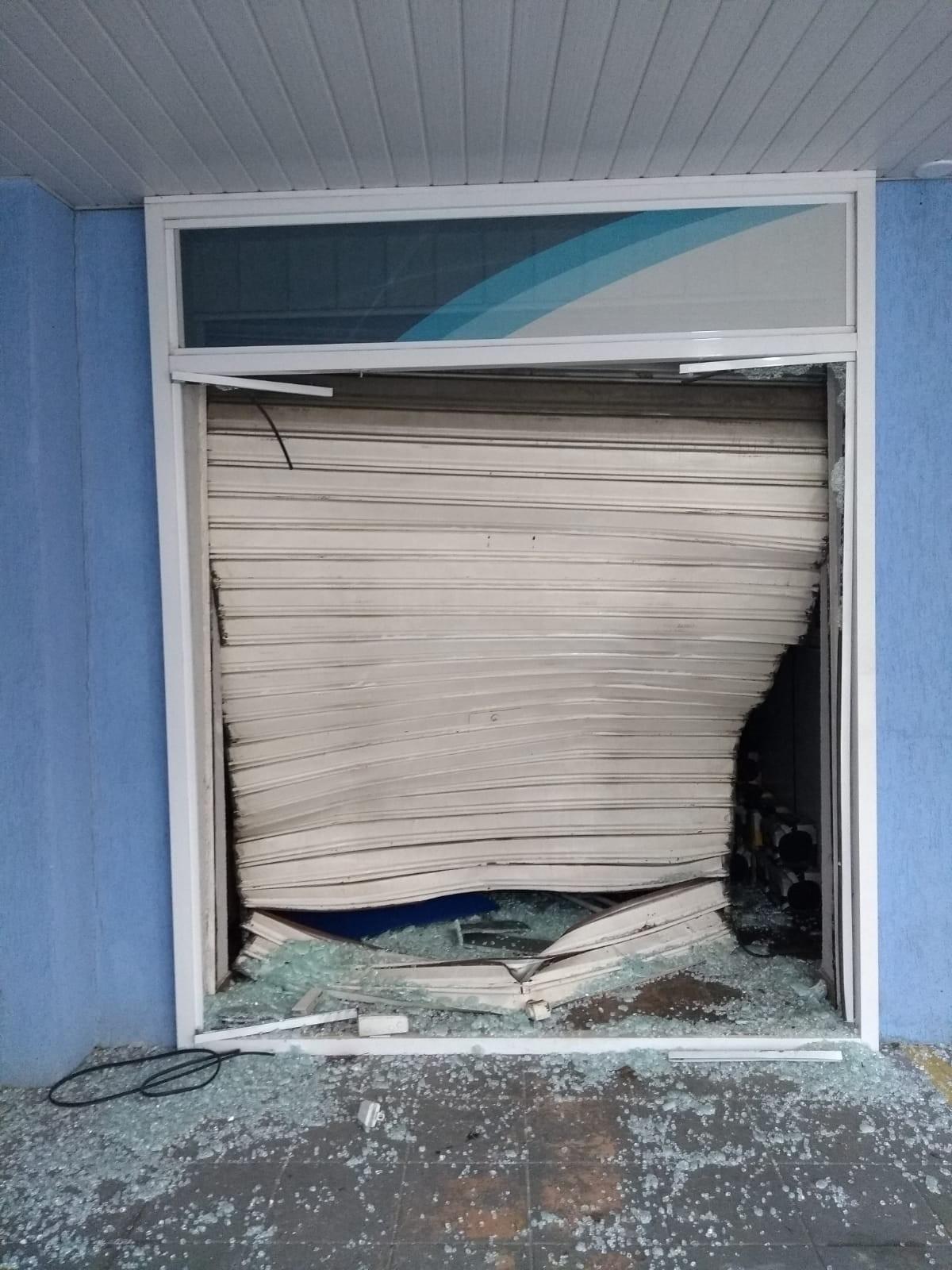 Com carro em marcha à ré, criminosos estouram porta e furtam loja em São José