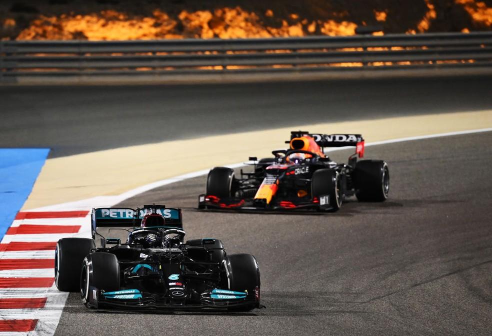 Lewis Hamilton, da Mercedes, e Max Verstappen, da RBR, brigam nas voltas finais do GP do Bahrein da F1 2021 — Foto: Formula 1/Formula 1 via Getty Images