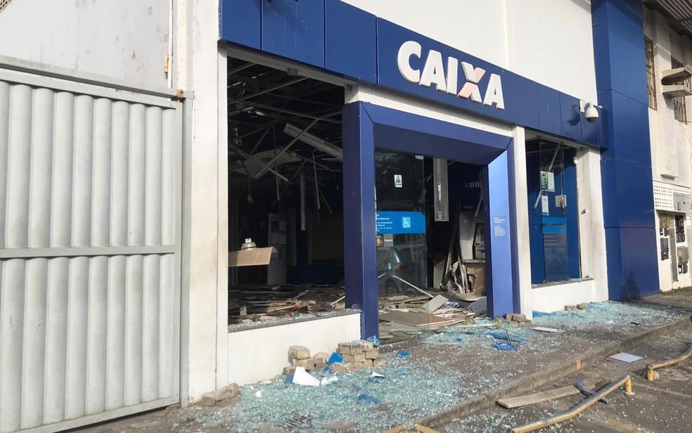 Grupo explodiu caixas de banco e agência ficou destruída nesta quarta-feira (28), em Salvador — Foto: Juliana Cavalcante/TV Bahia