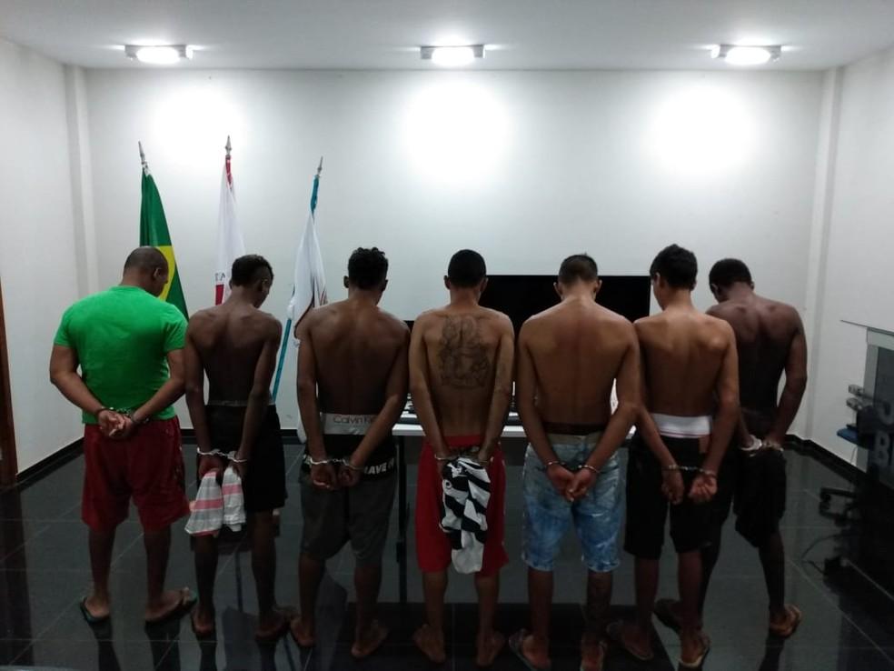 Os seis rapazes suspeitos de roubos e o homem suspeito de receptação foram detidos — Foto: Polícia Militar/Divulgação