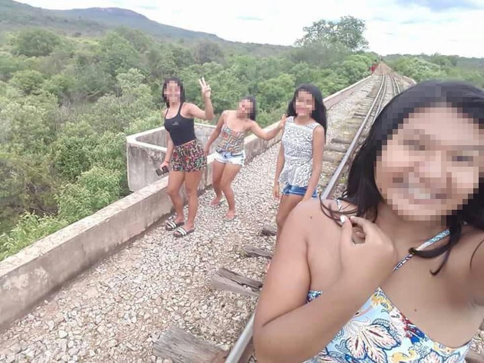 A Polícia Civil divulgou foto, do dia anterior a queda,  em que é possível ver as adolescentes próximas ao ponto em que a ponte desabou. (Foto: Divulgação/Polícia Civil)