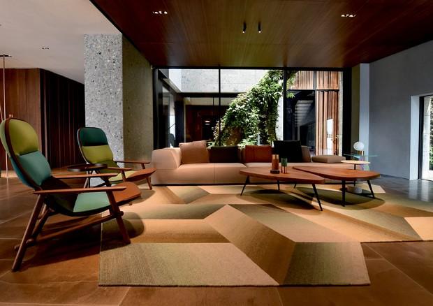Cadeiras Lilo, de Patricia para a Moroso, na sala do hotel II Sereno, no Lago de Como, também assinado por ela.  (Foto: Ricardo Labougle/Arquivo Globo Condé Nast e Divulgação)