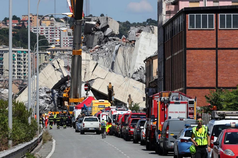 Bombeiros e equipes de resgate trabalham um dia depois do colapso da ponte Morandi, em Gênova, na Itália   (Foto: Stefano Rellandini/ Reuters)