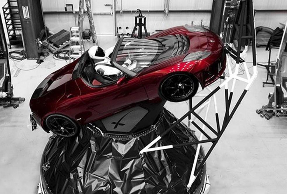 Um dia antes do lançamento, Musk publicou imagem do Roadster com um boneco na direção (Foto: Elon Musk/Instagram via AP)