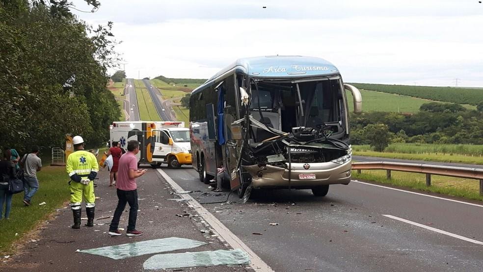 Dianteira de ônibus ficou destruída após colisão na traseira de caminhão, em Catanduva (SP) (Foto: Polícia Rodoviária Estadual/Divulgação)