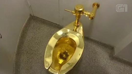 Vaso sanitário de ouro em museu de Nova York já foi usado por mais de 100 mil