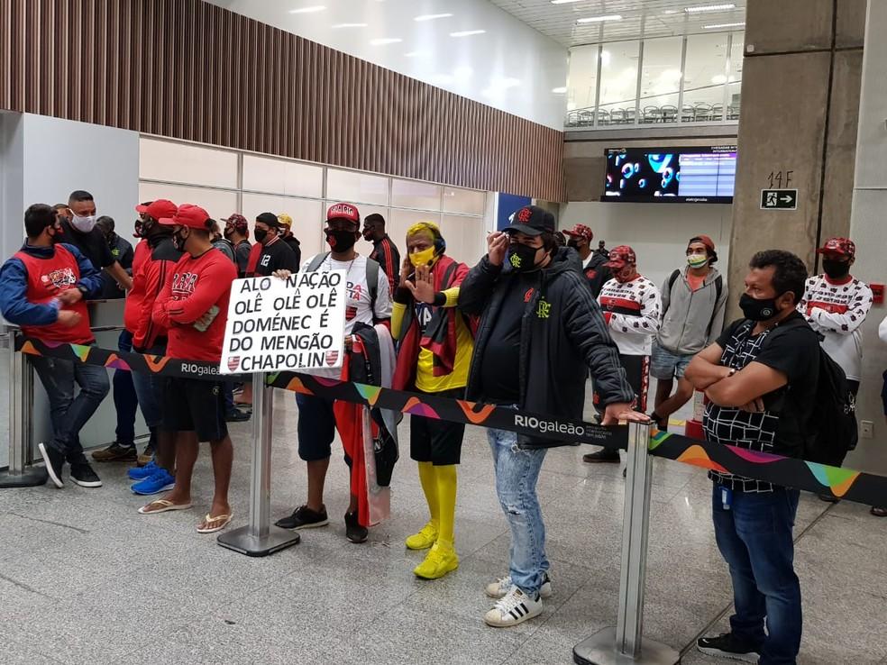 Cerca de 30 torcedores foram ao Galeão esperar a chegada do novo técnico — Foto: Fred Huber
