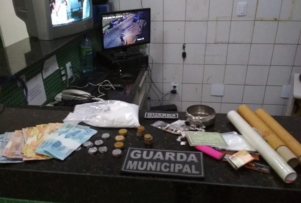 Suspeito de tráfico de drogas é preso após tentar fugir de abordagem policial pelo telhado de casa, em Fortaleza