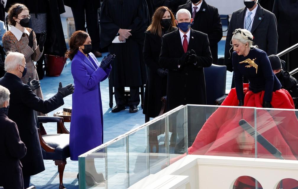 A cantora Lady Gaga e aplaudida após cantar o Hino Nacional dos EUA durante a posse de Joe Biden como 46º Presidente dos Estados Unidos na Frente Oeste do Capitólio dos EUA, em Washington, nesta quarta (20) — Foto:  Brendan McDermid/Reuters