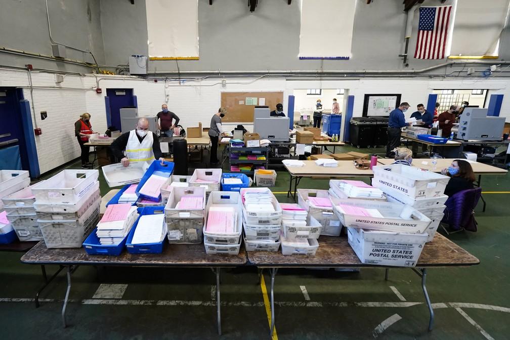 Funcionários eleitorais do condado de Chester, na Pensilvânia, processam as cédulas enviadas pelo correio em West Chester nesta quarta-feira (4)  — Foto: Matt Slocum/AP