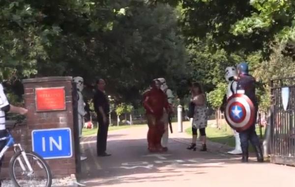 Quatro pessoas vestidas de Stormtroopers, Homem de Ferro e Capitão América participaram do funeral (Foto: Reprodução)