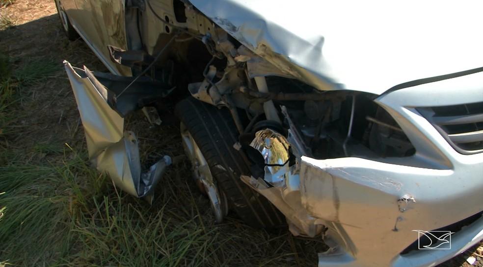 Lateral do veículo que bateu no ônibus na BR-226; acidente causou duas mortes. (Foto: Reprodução/TV Mirante)